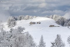 Le baite dell'alpe Granda dopo una nevicata