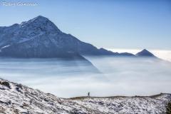 Monte Bassetta, escursionista sopra le foschie e il monte Legnone m 2610