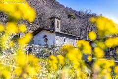 Colmen di Dazio, fioriture alla chiesetta di Porcido