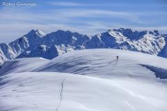 Scialpinista sul Dosso Liscio, sullo sfondo le alpi Orobie