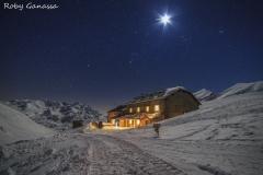 Val Cedec, il rifugio Pizzini m 2706 in una notte di luna piena