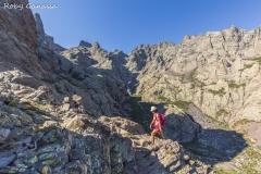 Escursionista in salita verso il monte Cinto