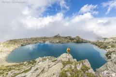 Escursionista al lago Bastiani nei pressi del monte Renoso