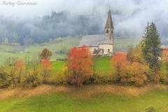 La chiesa di Santa Magdalena in val di Funes d'autunno