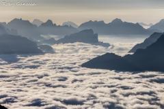 Le cime delle Dolomiti bucano le nebbie