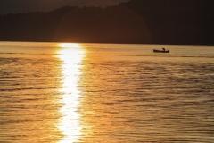Barchetta solitaria all'alba nei pressi di Dongo