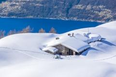 Il baitone dell'alpe Piazza e il lago di Como
