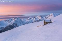 Dalla baita del Prato, l'alba si colora sopra le cime della val Gerola