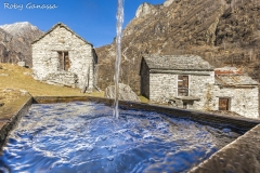 La fontana e le baite di Corte in val Codera