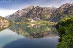 Le acque ferme del lago di Mezzola