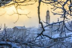 Il campanile di Uschione (m 832) dopo una nevicata