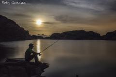 Pescatore al lago Nero in valle del Truzzo con la luna piena