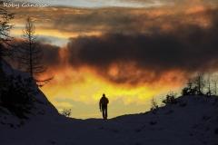 Escursionista all'alpe Campagneda al tramonto