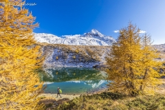 Escursionista ai laghi di Campagneda in autunno e il pizzo Scalino