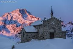 Chiesa di Maria Regina della Pace e il monte Disgrazia