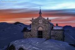 Chiesa di Maria Regina della Pace all'alpe Prabello al tramonto