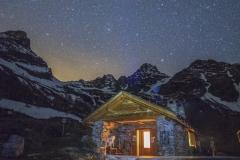 La baita degli Alpini nei pressi del Lagazzuolo di notte
