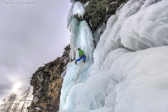 Alpinista impegnato sulla cascata degli Specchi