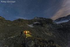 Il bivacco Kima in alta val Cameraccio sotto il cielo stellato