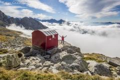 Il bivacco Molteni in valle del Ferro affiora dalle nebbie