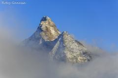 Il monte Disgrazia visto dal passo Cameraccio sbuca dalle nebbie