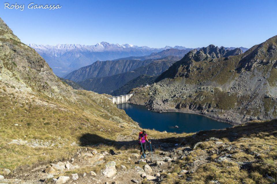 Escursionista sopra il lago d'Inferno